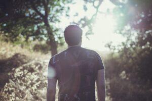 uomo in un bosco
