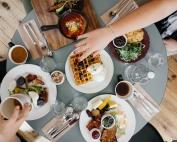 tavola apparecchiata con cibo