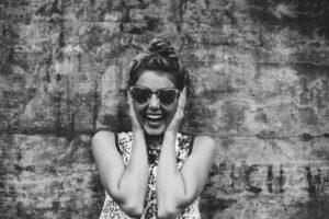 donna allegra sorriso
