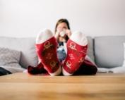 Ragazza con calzini natalizi