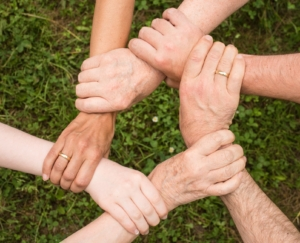 mani che si tengono