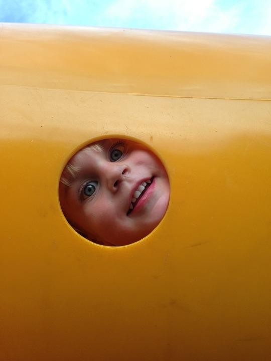 bambino dentro tubo giallo