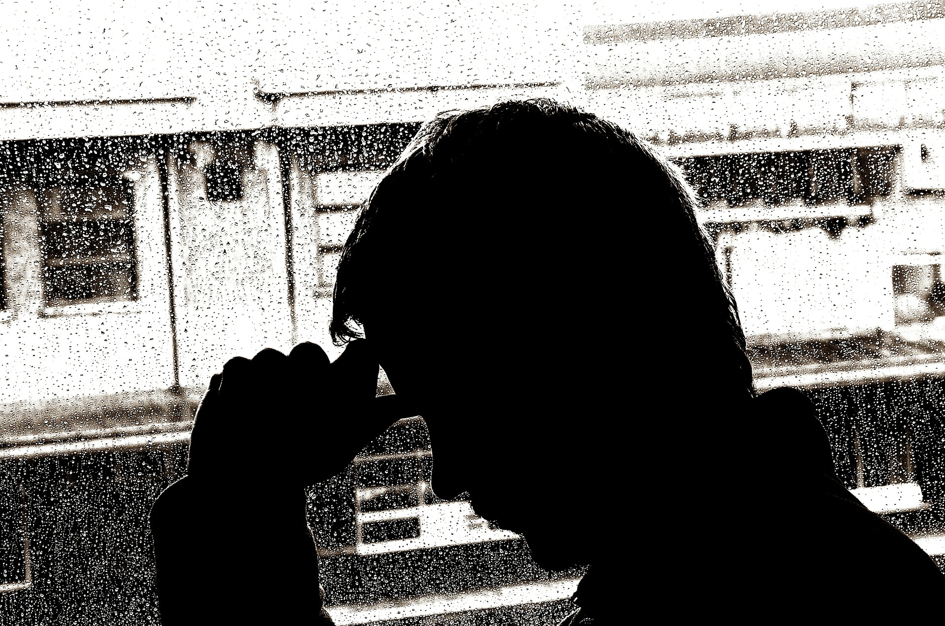uomo triste pioggia