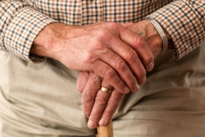 mani di uomo anziano
