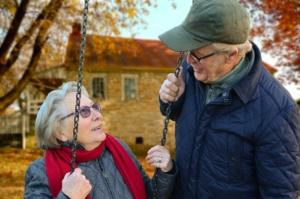 anziani sorridenti al parco