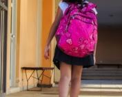 bambina che va a scuola
