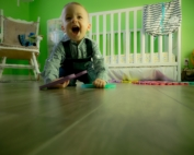 neonato che gioca