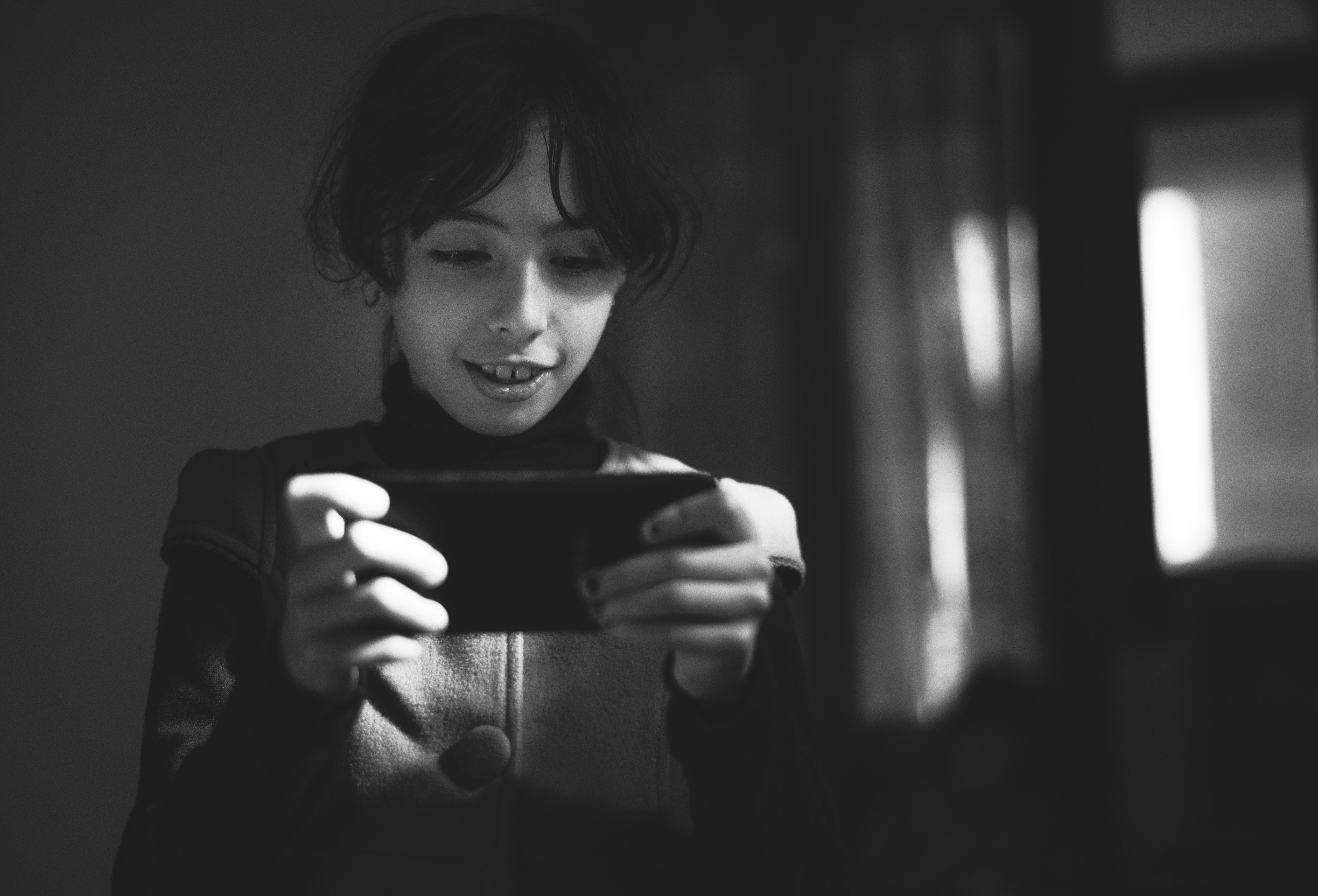 bambina col telefono bianco e nero