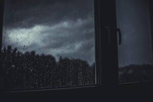 finestra bianco e nero pioggia