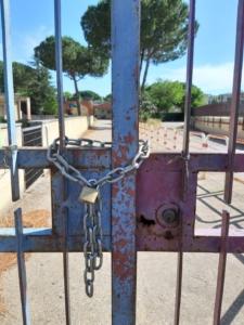 cancello della scuola chiuso